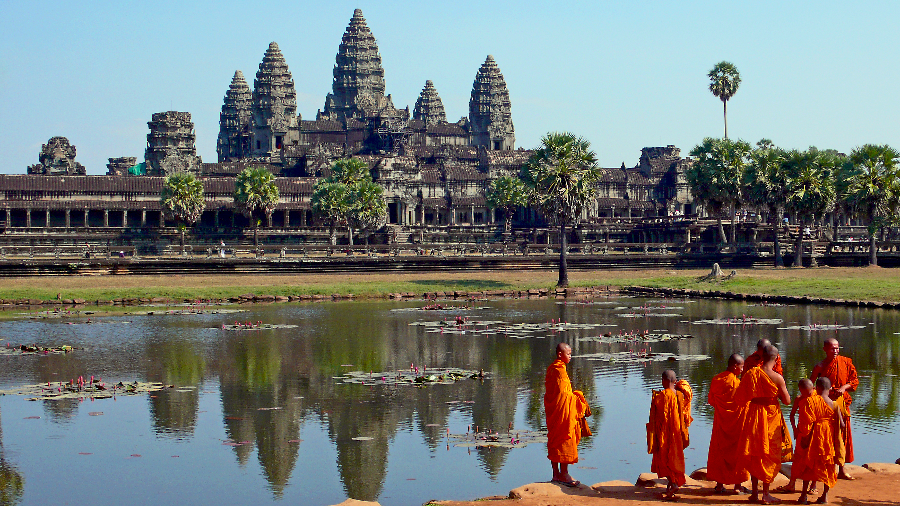 Buddistmunker foran Angkor Wat