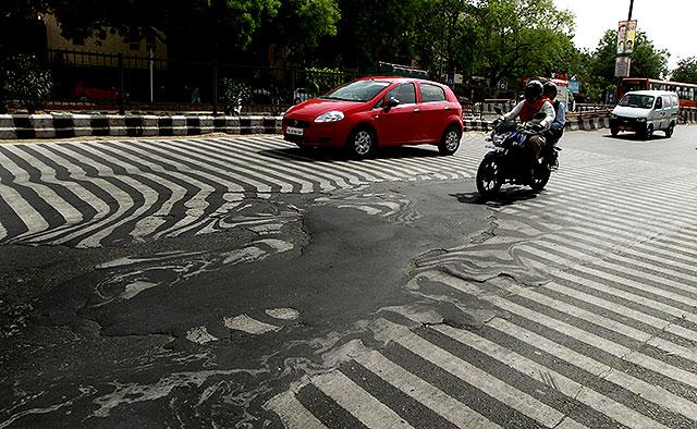 fotograf Sanjeev Verma av Hindustan Times. Deler av veien smelter bort